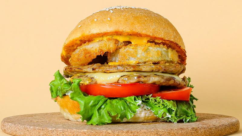 Чизбургер куриный с луковыми кольцами