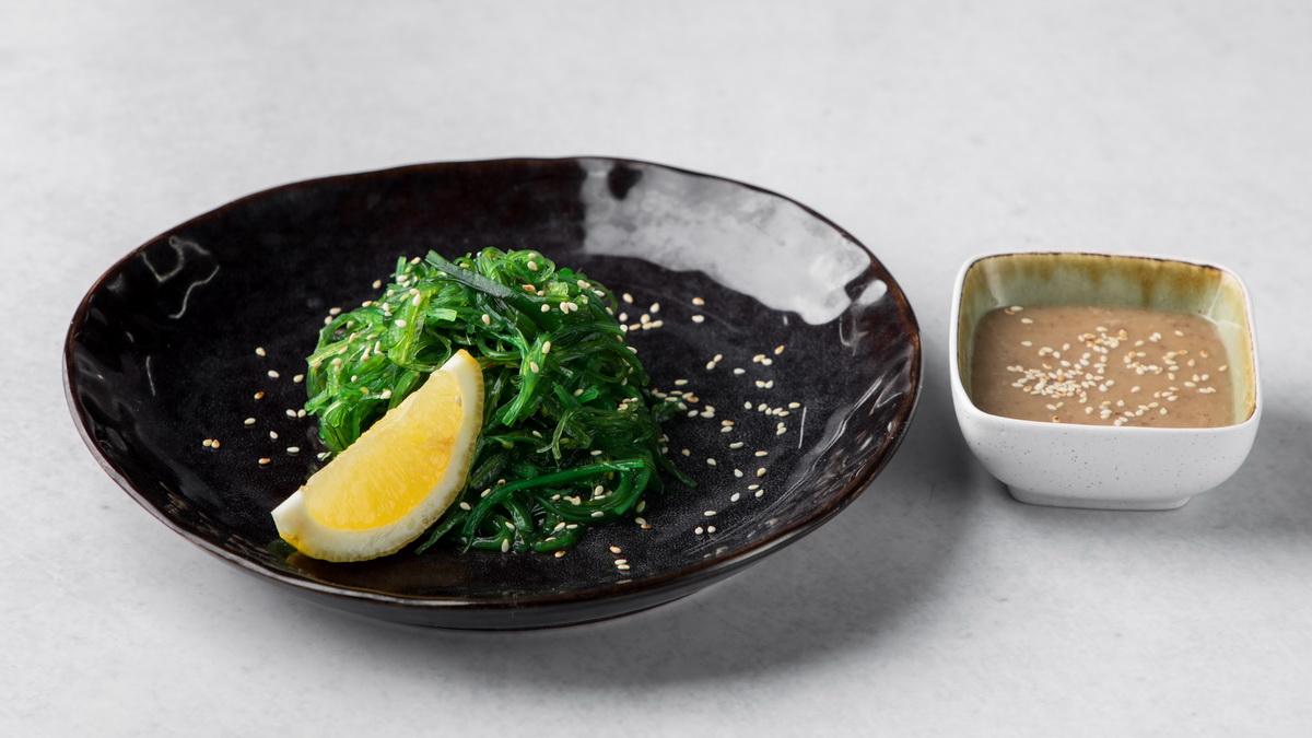 Салат чука с соусом гамадари