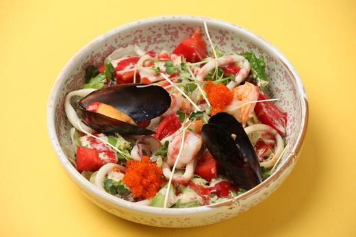 Салат с морепродуктами с двойным соусом
