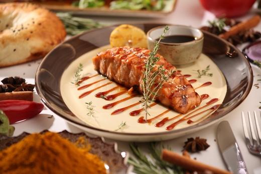 Стейк лосося с соусом Чимичури